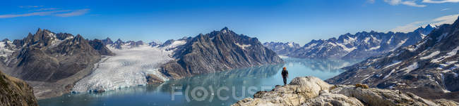 Greenland, Kulusuk. Male mountaineer in Swiss Alps — Stock Photo