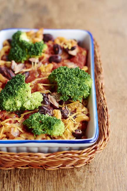 Macarrones con brócoli en hornear - foto de stock