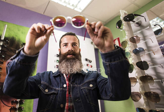 Man choosing sunglasses — Stock Photo