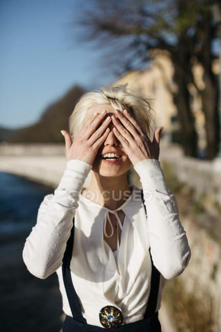 Frau bedeckt Augen mit Händen — Stockfoto