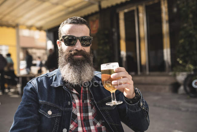 Man drinking beer at outdoor cafe — Stock Photo