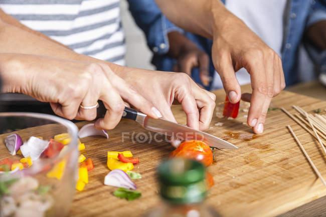 Різання овочі на Розробні рада — стокове фото