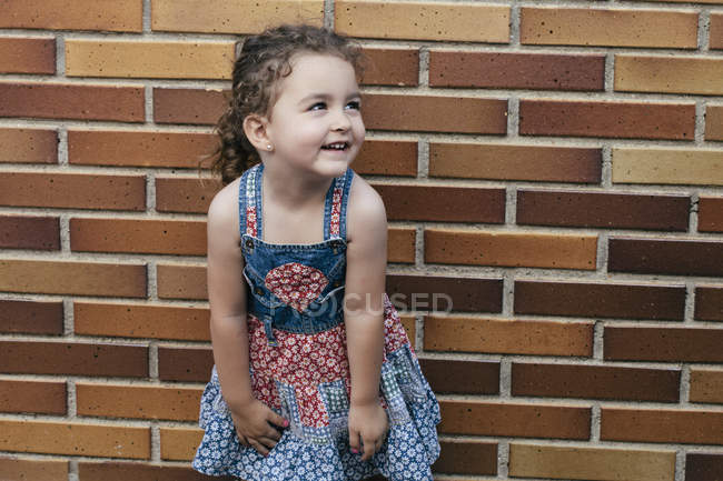 Retrato de menina sorridente vestindo vestido de verão padronizado — Fotografia de Stock