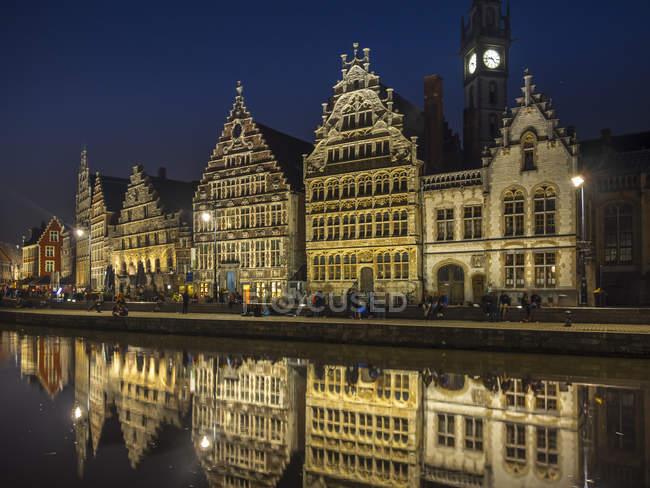 Бельгия, Гент, набережной в Graslei с исторических домов в ночное время — стоковое фото