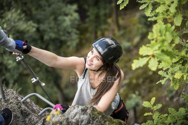 Германия, Февальд, Хёльдерштайн, женщина, поднимающаяся на via ferrata — стоковое фото
