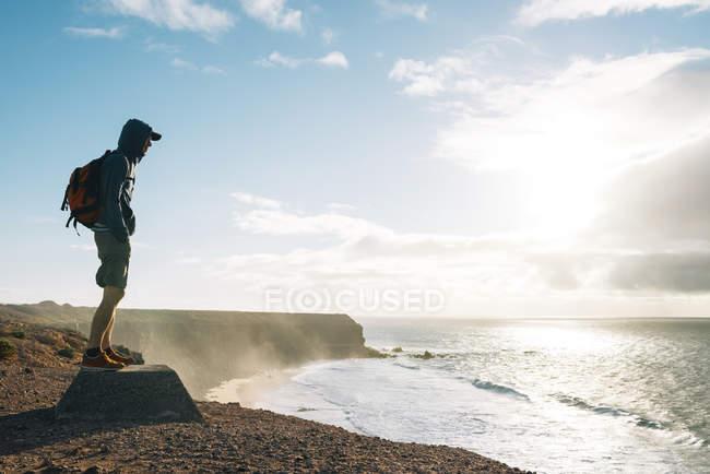 Испания, Канарские острова, Фуэртевентура, Эль Cotillo, человек, глядя на вид — стоковое фото