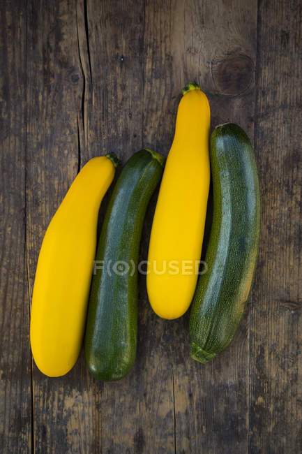 Свежий желтый и зеленый цуккини на темное дерево — стоковое фото