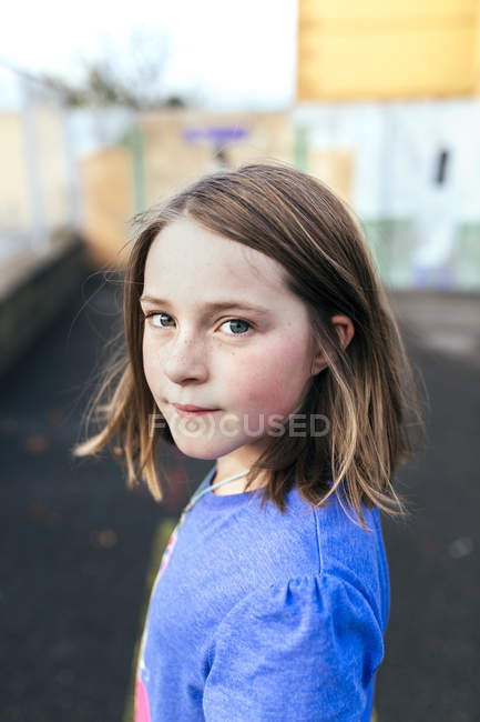 Ritratto di giovane ragazza caucasica carina al parco giochi — Foto stock