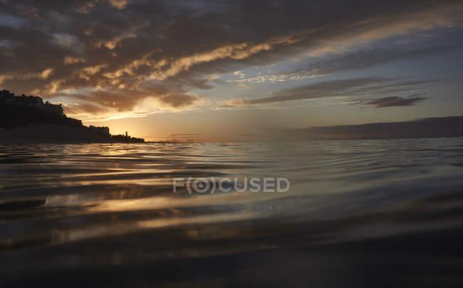 Испания, Канарские острова, Фуэртевентура, Морро Хабле, поверхности воды на закате — стоковое фото