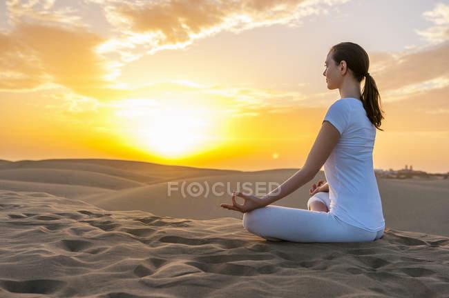 Женщина практикующая йогу — стоковое фото