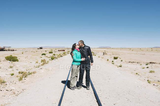 Bolivia, Uyuni tren cementerio, par de besos en el tren - foto de stock