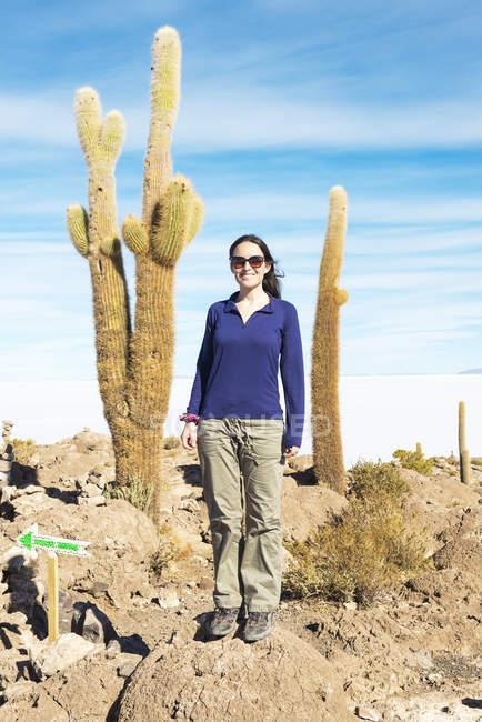 Bolivien, Atacama, Altiplano, Salar de Uyuni, Frau und Kaktus auf Insel Incahuasi — Stockfoto