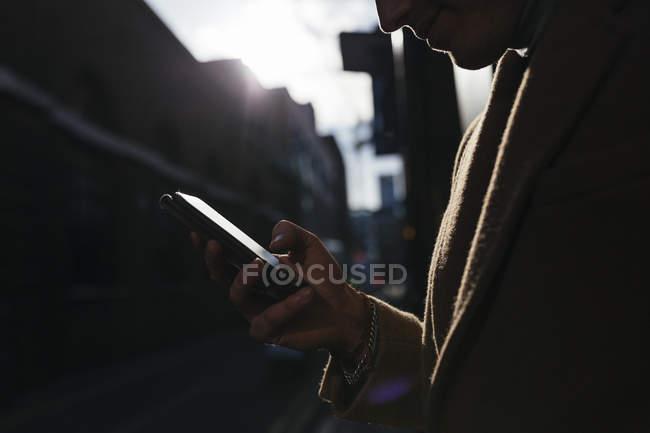 Homem olhando no celular na cidade — Fotografia de Stock