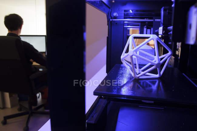 Impresora 3D y hombre trabajando con un ordenador - foto de stock