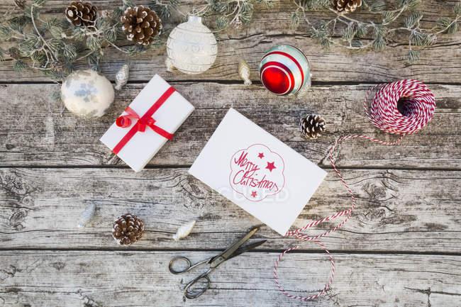 Decoração de Natal e presentes embrulhados em madeira — Fotografia de Stock