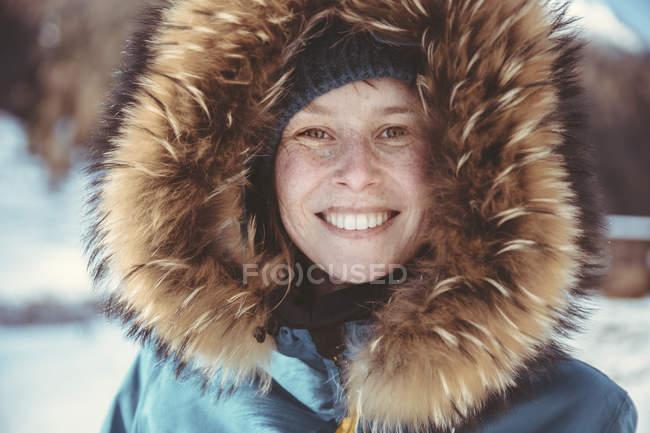 Портрет счастливой женщины с меховым капюшоном — стоковое фото