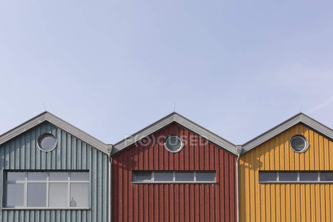 Row of three wooden houses during daytime — Stock Photo