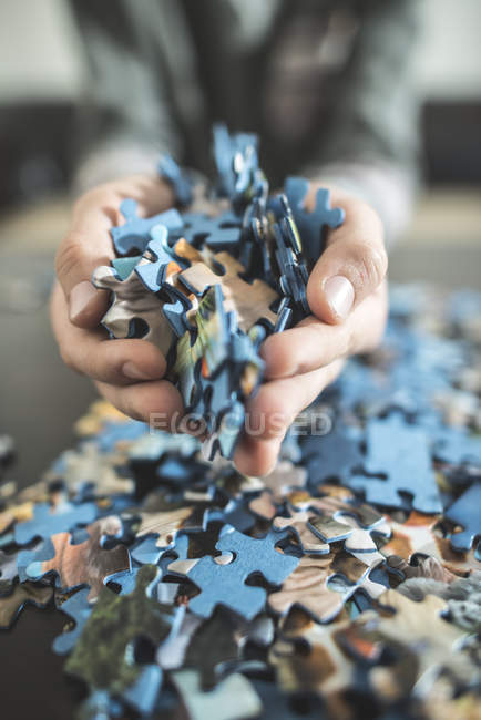 Обрезанное вид руки, держа головоломки штук — стоковое фото