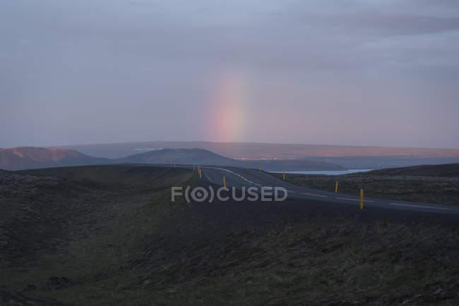 Islanda, Parco Nazionale del Golden Circle, montagne e arcobaleno al sole di mezzanotte — Foto stock