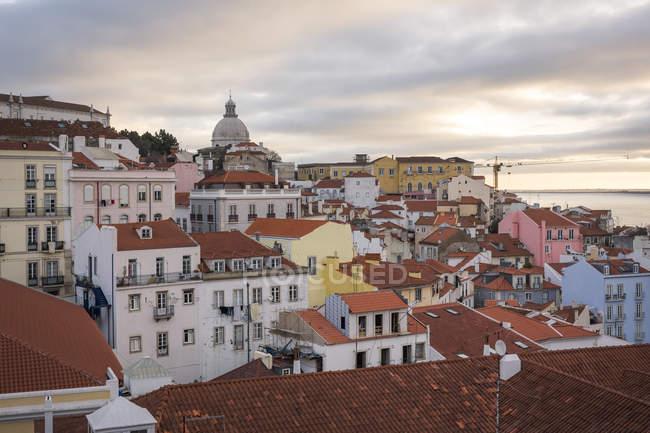 Portugal, Lisboa, Alfama cityscape distrito sob a luz do sol — Fotografia de Stock