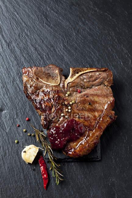 Bife de porco com sal e especiarias — Fotografia de Stock