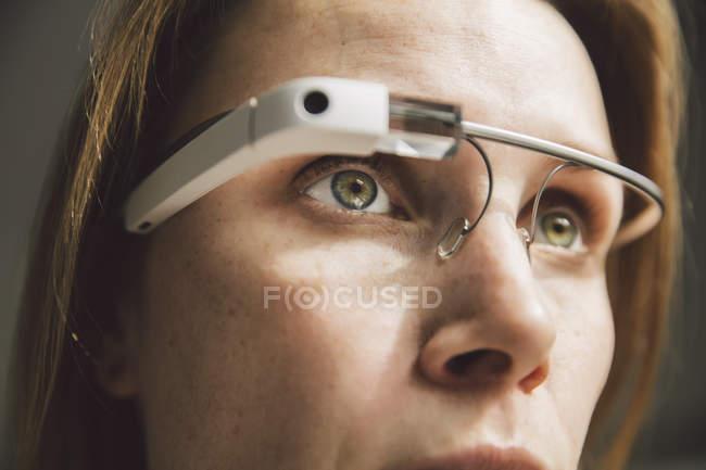 Mulher usando o visor óptico de capacetes — Fotografia de Stock