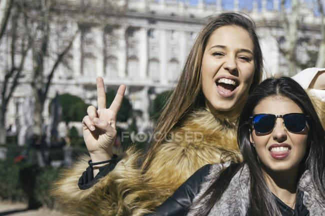 España, Madrid, dos mujeres posando frente a Palacio Real - foto de stock