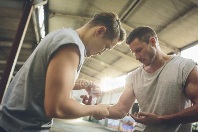 Boxeurs bandage des mains de l'autre avant l'entraînement — Photo de stock