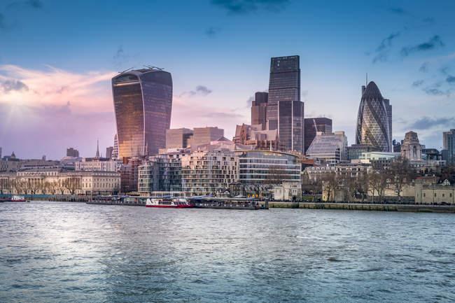 Regno Unito, Londra, Mostra all'orizzonte con fiume Tamigi in primo piano — Foto stock