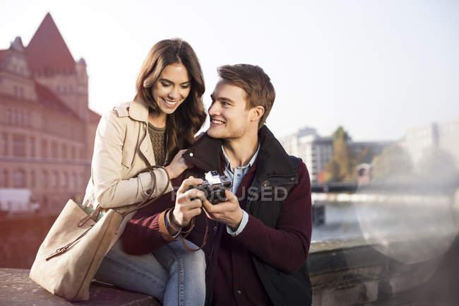 Deutschland, berlin, junges paar blickt in die kamera am ufer der spree — Stockfoto