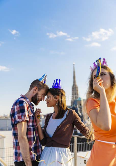 Österreich, Wien, junge Menschen, die einer Partei auf Dachterrasse — Stockfoto