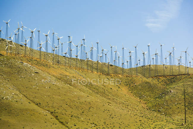 Vista a distanza delle turbine eoliche in collina, Nevada, USA — Foto stock