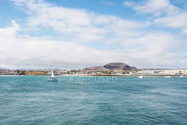 Испания, Канарские острова, Фуэртевентура, просмотр чтобы Корралехо в дневное время — стоковое фото
