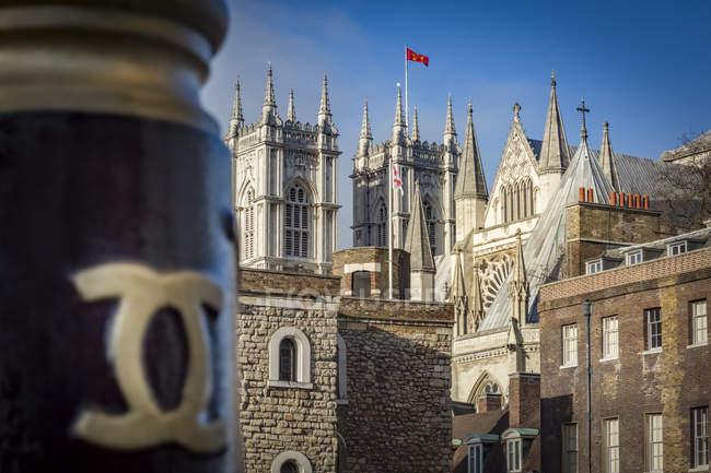 Vue sur les tours de l'abbaye de Westminster par derrière, Londres, Royaume-Uni — Photo de stock