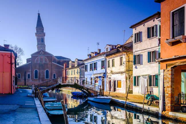 Vue sur la ligne colorée de maisons à la lumière du soleil, Venise, Italie — Photo de stock