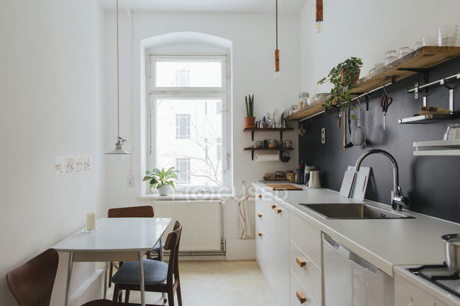 Мінімалістський кухні в білому кольорі — стокове фото
