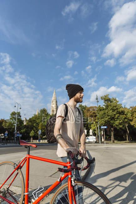 Молодой человек с гоночным велосипедом в Вене — стоковое фото
