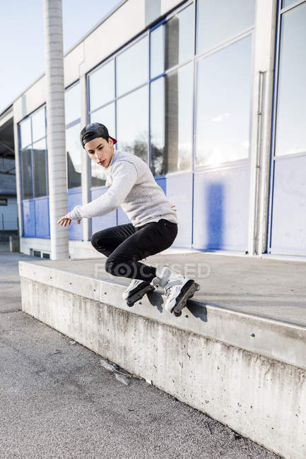 Man doing trick on inline skates — Stock Photo