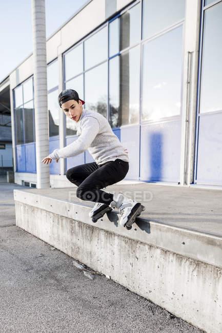 Homme faire truc sur patins — Photo de stock