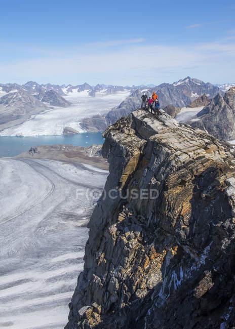 Grönland, Kulusuk, Bergsteiger auf Gipfel in den Schweizer Alpen — Stockfoto