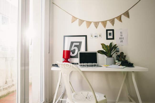 Posto di lavoro vuoto con computer portatile a casa ufficio — Foto stock