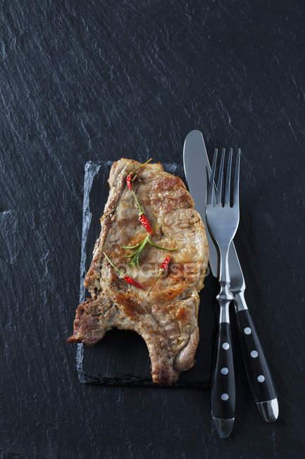 Costeleta de colarinho de porco no quadro de ardósia — Fotografia de Stock