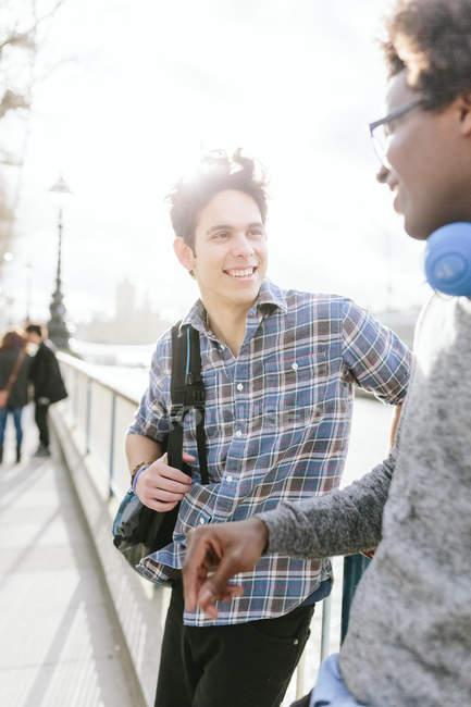 Друзья, стоя и говорить в городе — стоковое фото