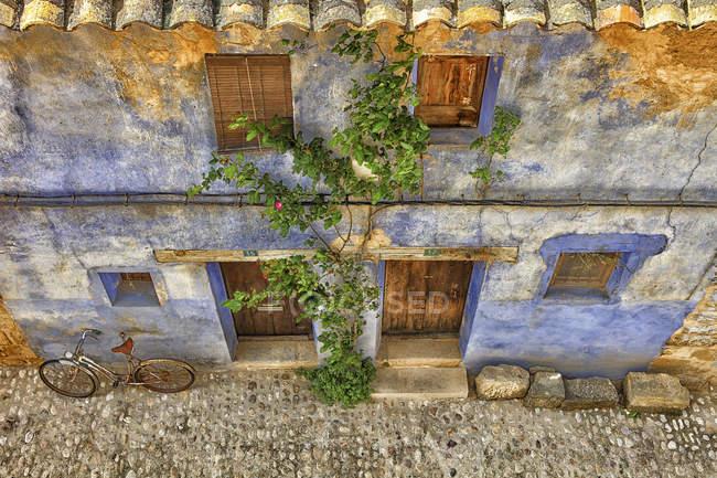 Espagne, province de Teruel, Matarrana, maison pittoresque minable dans la vieille ville — Photo de stock