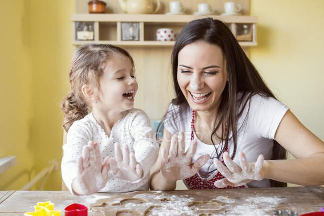 Madre y la hija pequeña de la hornada - foto de stock