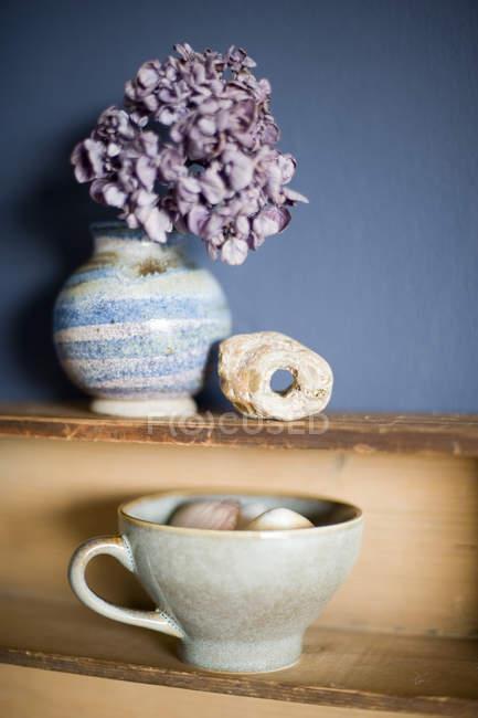 Натюрморт с сидр чашки, гортензии в вазе и гадюки камень — стоковое фото