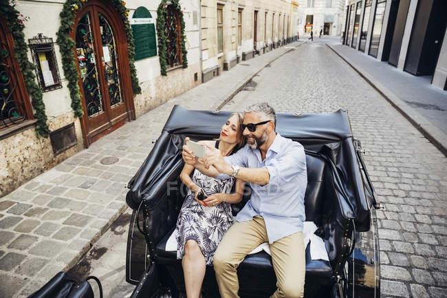 Туристи беруть на selfie в кабіні кінь — стокове фото
