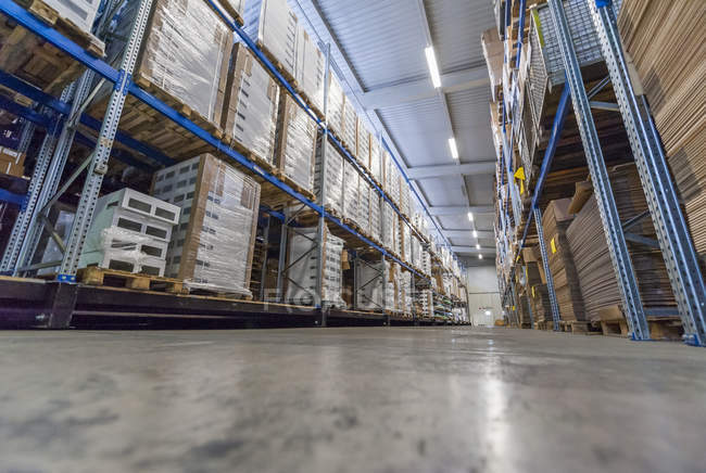 Entrepôt à rack élevé avec produits emballés — Photo de stock