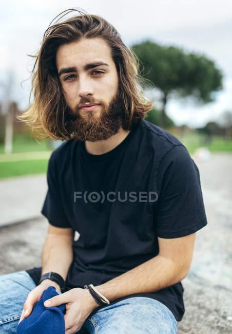 Портрет бородатого молодого чоловіка. — стокове фото