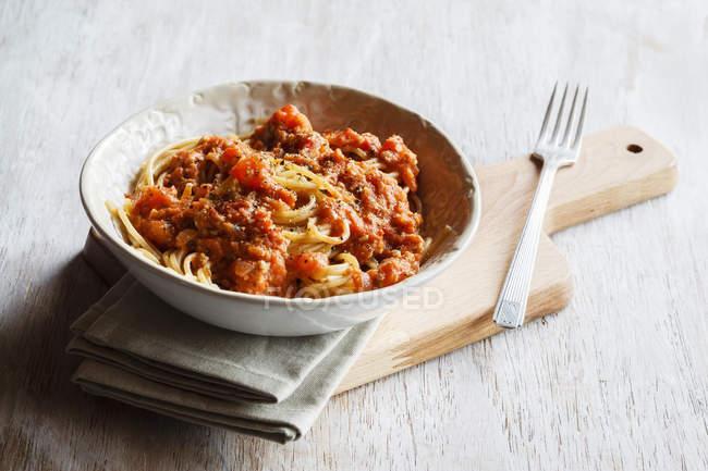 Spelt цільного зерна спагетті з vegan Bolognese зробив зелений spelt та насіння соняшнику — стокове фото
